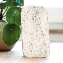 CAVA TRACE Die Handyhülle Cava Trace besteht aus italienischem Rindsleder mit nubukierter Oberfläche, auch genannt Nubukleder. Das bedeutet, dass die obere, eigentlich glatte Schicht des Leders leicht angeschliffen wird. Dadurch erhält das Leder einen wunderschönen, samtig-warmen Griff.   Da durch d...