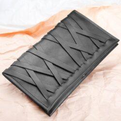 CONDA MESH So langsam geht mir der Vorrat an Conda Mesh Portemonnaies aus, deswegen wird direkt nächste Woche neues Leder bestellt!  Ich bin schon ganz gespannt, ob sich das neue Leder auch für das Portemonnaie eignet, da spielen ja immer sehr viele Faktoren eine Rolle: Wie dehnbar es ist, wie weich...