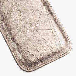 DETAILSWusstet ihr eigentlich, dass ich für die Cava Polygon Handyhüllen jede einzelne Hülle mit einer Lasergravur versehe? Nachdem ich die Schnittteile zugeschnitten habe, wird jede einzeln in eine Schablone gelegt und gelasert und dann erst genäht. Dabei muss ich jedes Mal aufs Neue zuerst ein p...