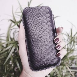 SNAKE PEEK This phone case made of cowhide with embossed snakeskin look was a custom-made piece - but now I am thinking about adding it as limited edition to my collection. What do you think? —— Diese Handyhülle mit geprägtem Rindsleder im Snakelook war eigentlich eine Sonderanfertigung - jetzt über...