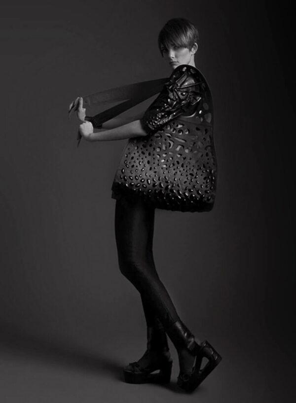 Lederaccessoires, schwarze Ledertasche mit dreidimensionalen Prägungen und Cut-Outs, schwarze Lederschuhe mit Keilabsatz, Cut-Outs und Prägungen. SHAROKINA Modification