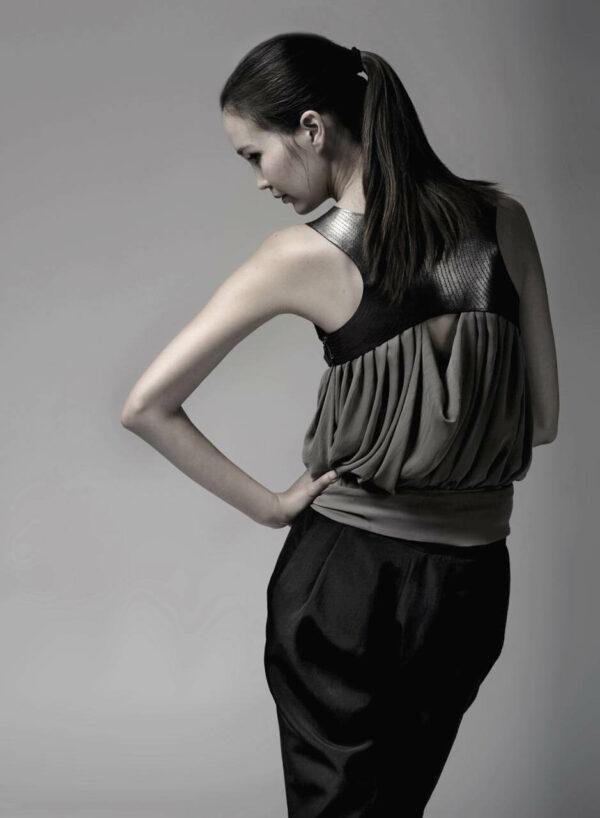 Drapiertes Chiffon-Top mit Lederapplikationen und Rückenausschnitt, schwarze Hose. SHAROKINA Alles oder Nichts
