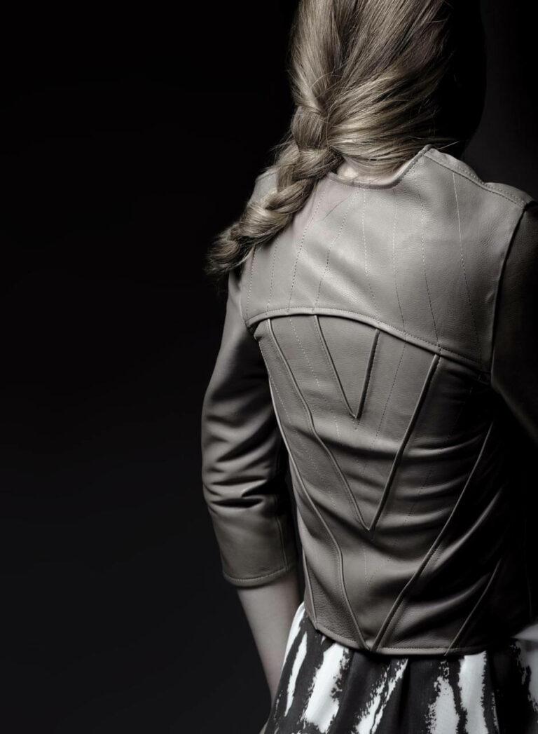 Nudefarbene Lederjacke mit eingesetzten am Rücken und Dreiviertel-Ärmeln, weißes Chiffonkleid mit dunkelbraunem Siebdruck. SHAROKINA Polymorph