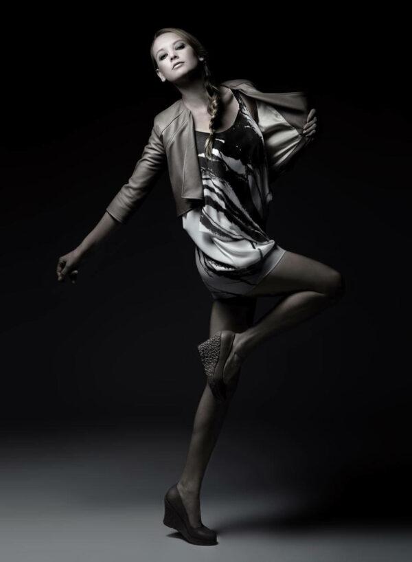 Weißes Chiffonkleid mit dunkelbraunem Siebdruck, nudefarbener Lederblazer und Dreiviertel-Ärmeln, nudefarbene Lederschuhe mit Keilabsatz und Applikation aus geschrumpftem Leder. SHAROKINA Polymorph
