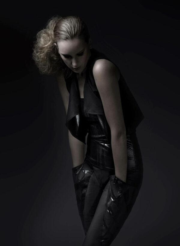 Schwarzes, schulterfreies Top aus shredded Jersey, weichfallende kurze Weste, Statement-Hose mit Oversized Pockets mit Dreieckeinsätzen. SHAROKINA Polymorph
