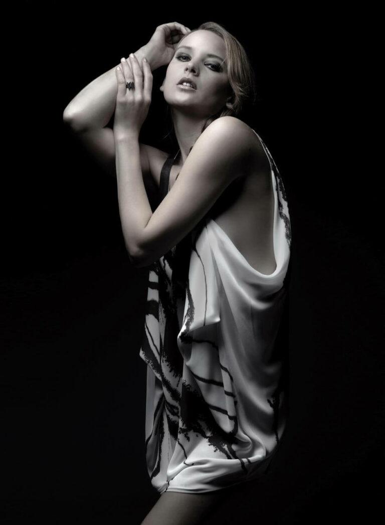 Weißes Chiffonkleid mit dunkelbraunem Siebdruck. SHAROKINA Polymorph