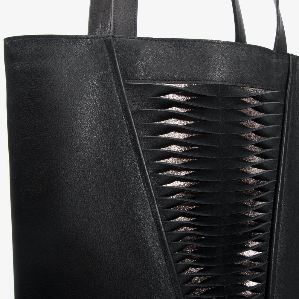 Handtasche aus Leder in Schwarz & Bronze mit Lamelleneffekt. Handgefertigt in Deutschland. SHAROKINA Plica Twist