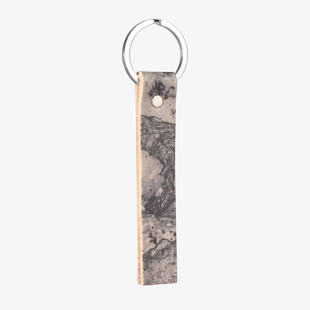 Schlüsselanhänger aus pflanzlich gegerbtem Leder in Nude und Schwarz, Marmor-Optik. SHAROKINA Vaga Marble