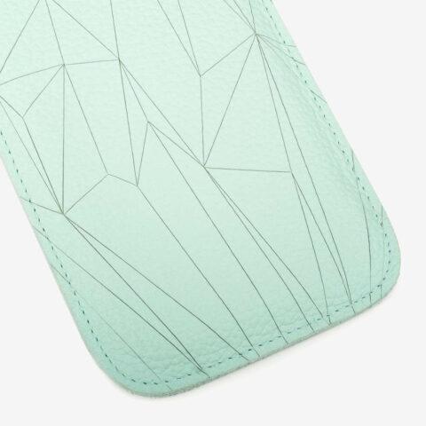 Handyhülle aus Leder in Mint mit geometrischem Muster als Lasergravur. SHAROKINA Cava Polygon