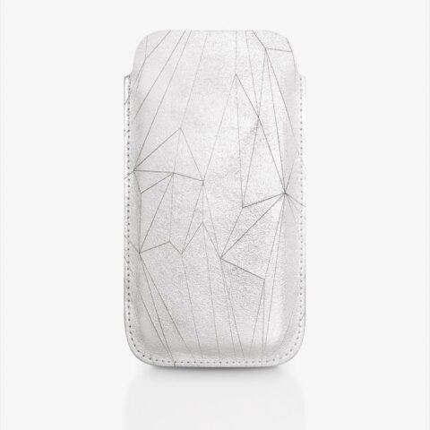 Handyhülle aus Leder in Silber mit geometrischem Muster als Lasergravur. SHAROKINA Cava Polygon