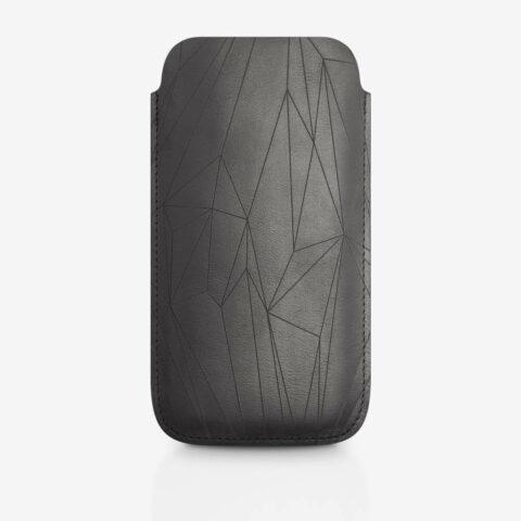 Handyhülle aus Leder in Schwarz mit geometrischem Muster als Lasergravur. SHAROKINA Cava Polygon
