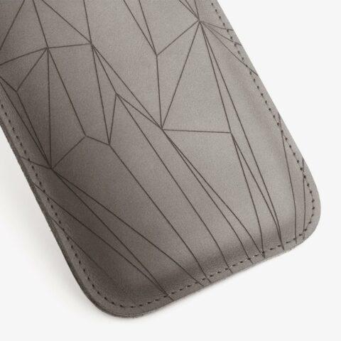 Handyhülle aus Leder in Grau mit geometrischem Muster als Lasergravur. SHAROKINA Cava Polygon