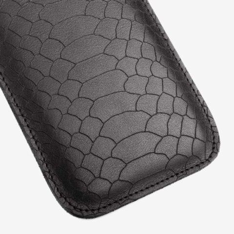 Handyhülle aus Leder in Schwarz, Lasergravur im Snakelook. SHAROKINA Cava Snake