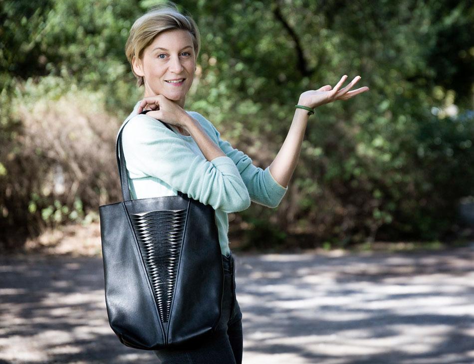 Schauspielerin Mareile Blendl trägt Tasche Plica Twist von SHAROKINA