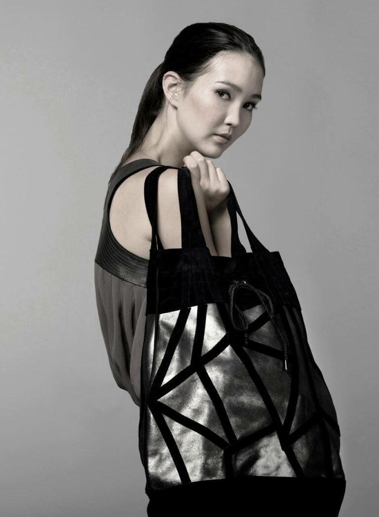 Tasche aus Metallicleder mit schwarzem Polygonmuster. SHAROKINA Alles oder Nichts