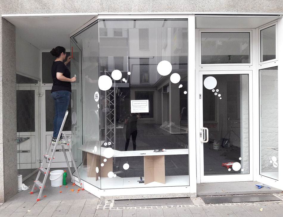 Schaufenster Beschriftung Pop Up Store Showpieces Schauzeit Rheydt